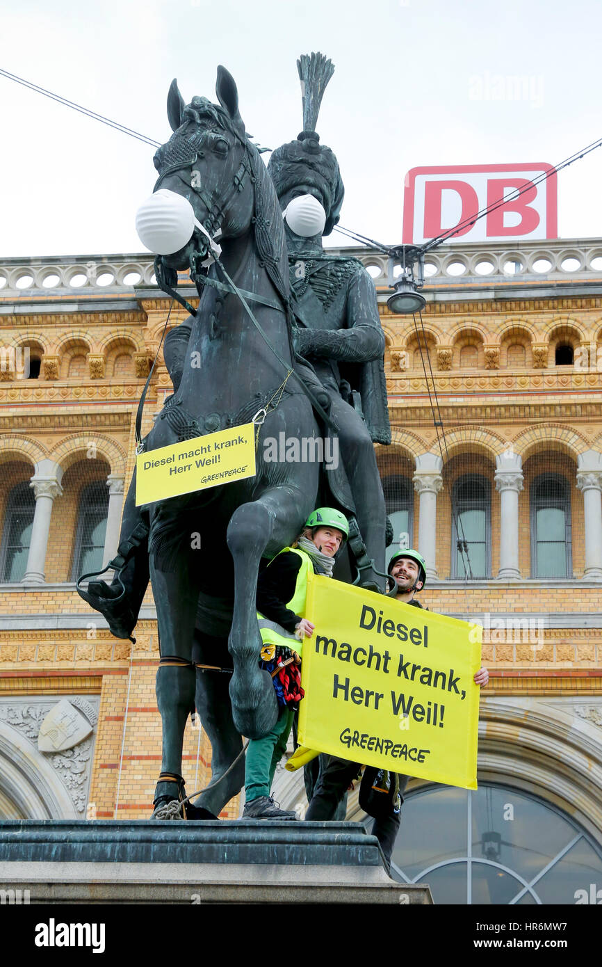 Hannover, Germany. 27th Feb, 2017. Greenpeace activists climbed the monument of King Ernst August in front of central - Stock Image
