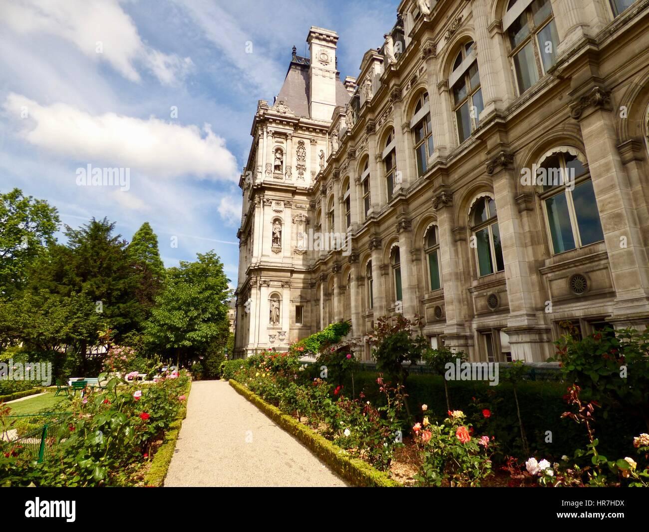 Roses in bloom in the side garden of the Mairie de Paris, Hôtel de ...