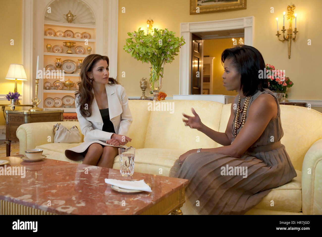 MICHELLE OBAMA with Queen Rania of Jordan in the Yellow Oval room of the White House in April 2009. Photo: Samantha - Stock Image