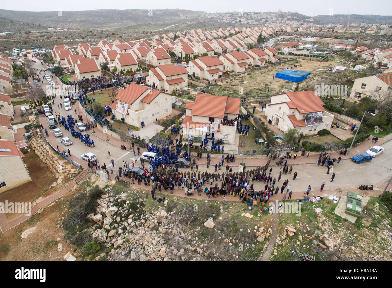 (170228) -- OFRA, Feb. 28, 2017 (Xinhua) -- Police evacuate the illegal settlers' homes in the West Bank settlement - Stock Image