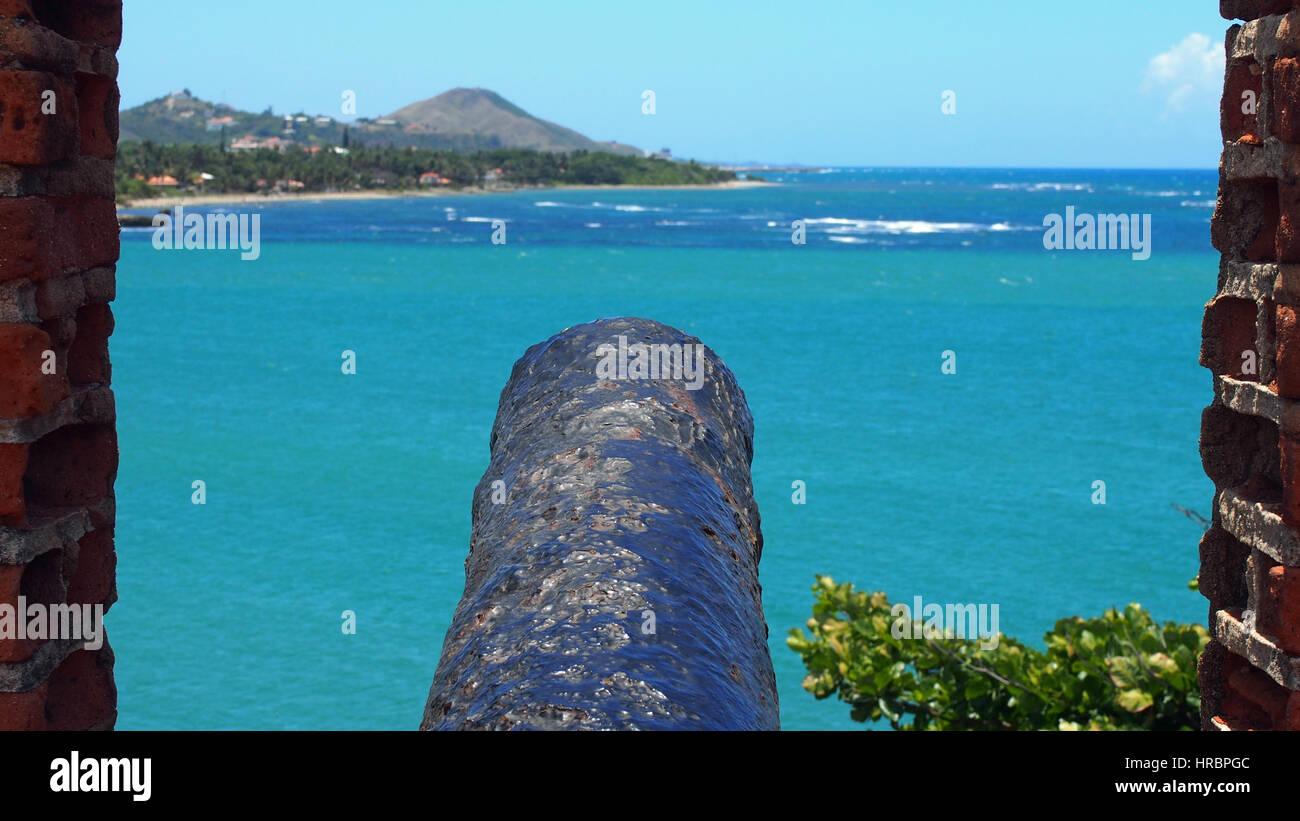 Eine alte Kanone die die dominikanische Republik vor feindlichen Schiffen verteidigt hat. - Stock Image