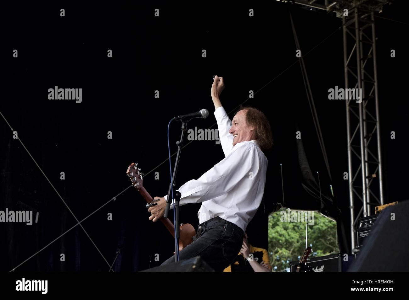 John Otway with a windmill guitar thrash at Rhythmtree 2016 Stock Photo
