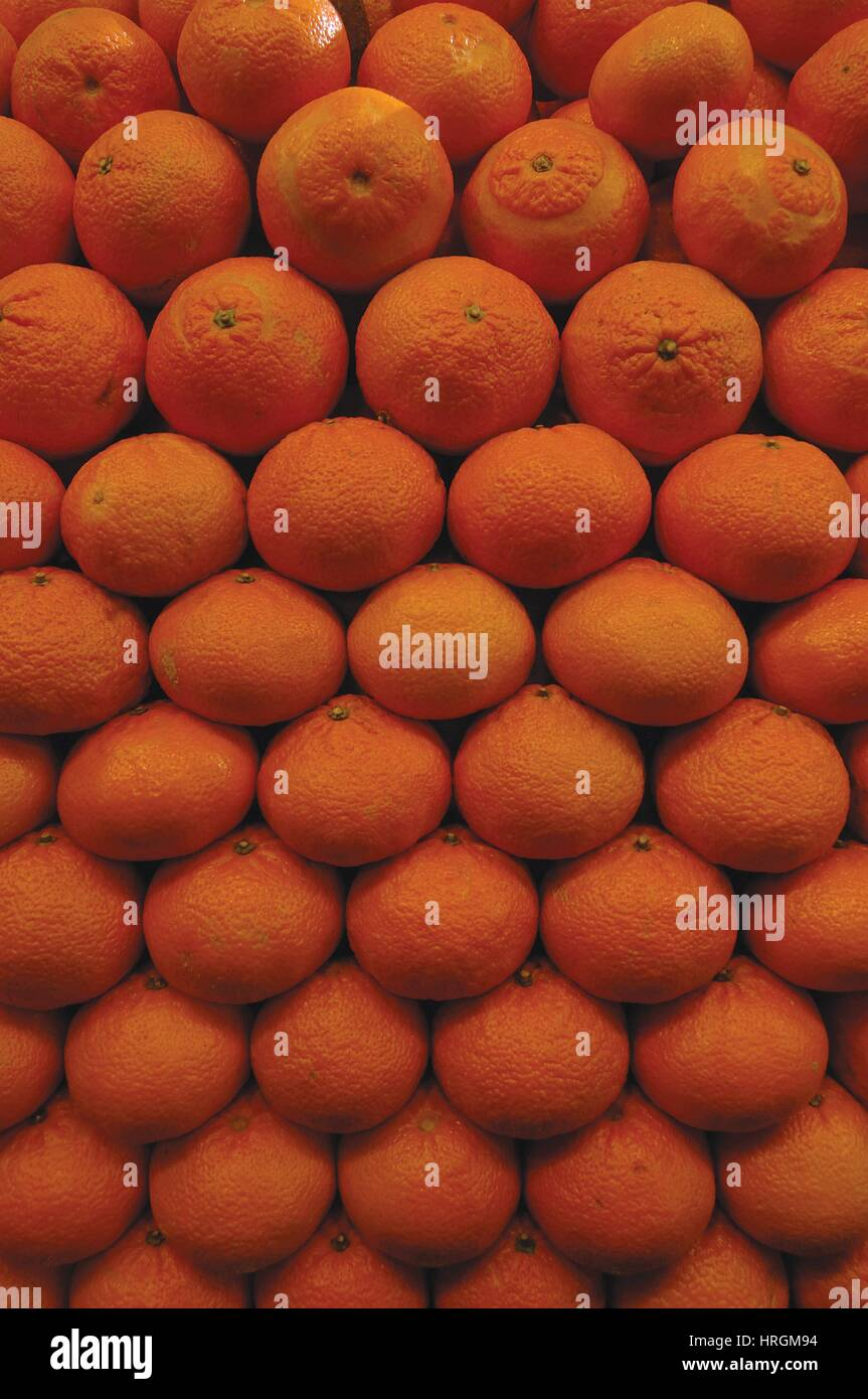 Stack of fresh oranges in farmer's market stall - Stock Image