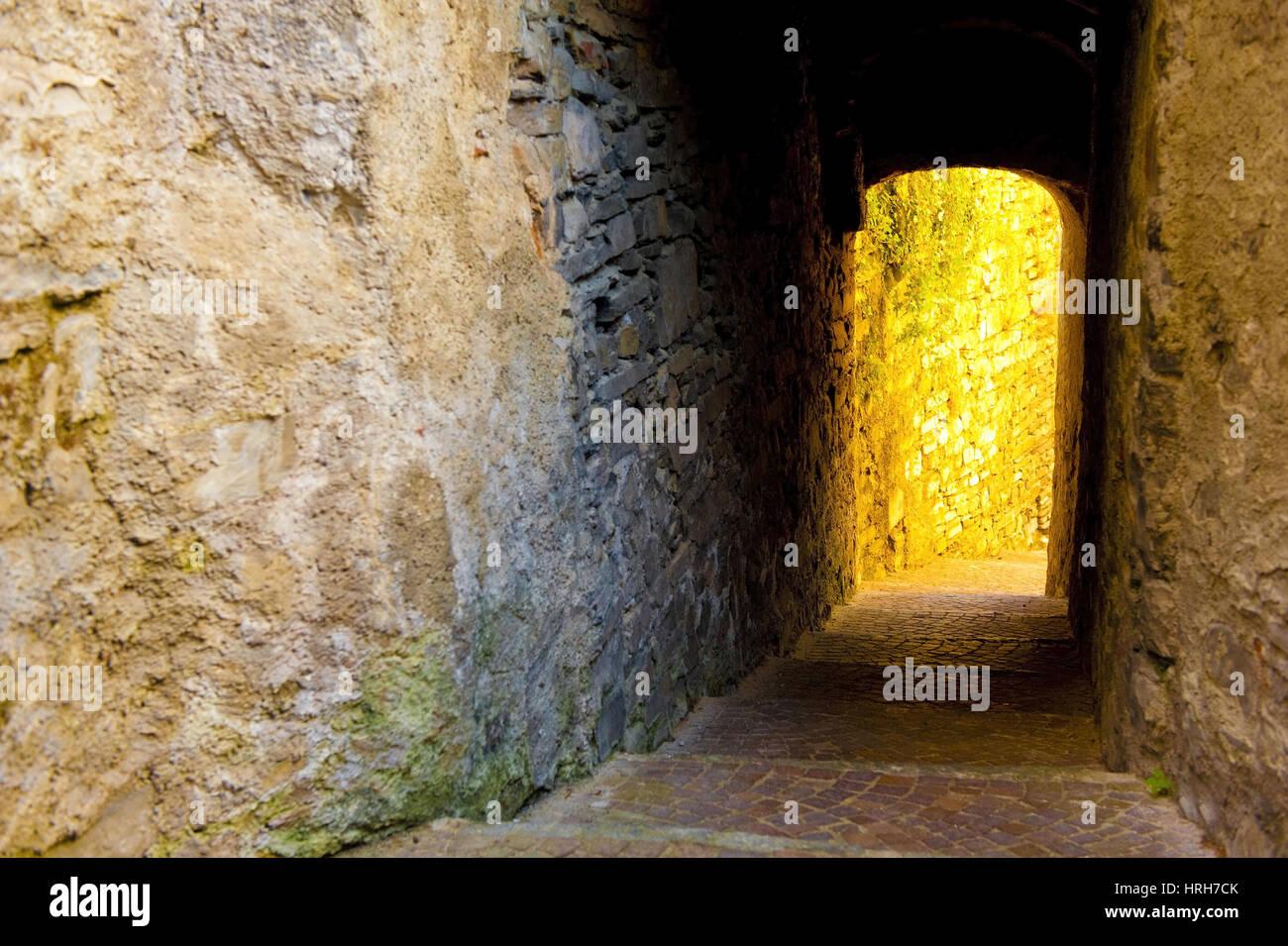 erleuchteter Durchgang, Altstadt in Torno, Italien - illuminated alleyway, Old Town in Torno, Italy Stock Photo