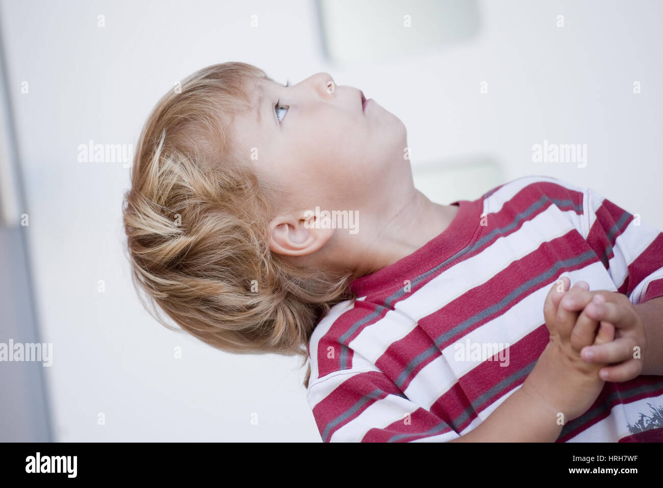 Model released, Kleiner Junge blickt nach oben - little boy looking up Stock Photo
