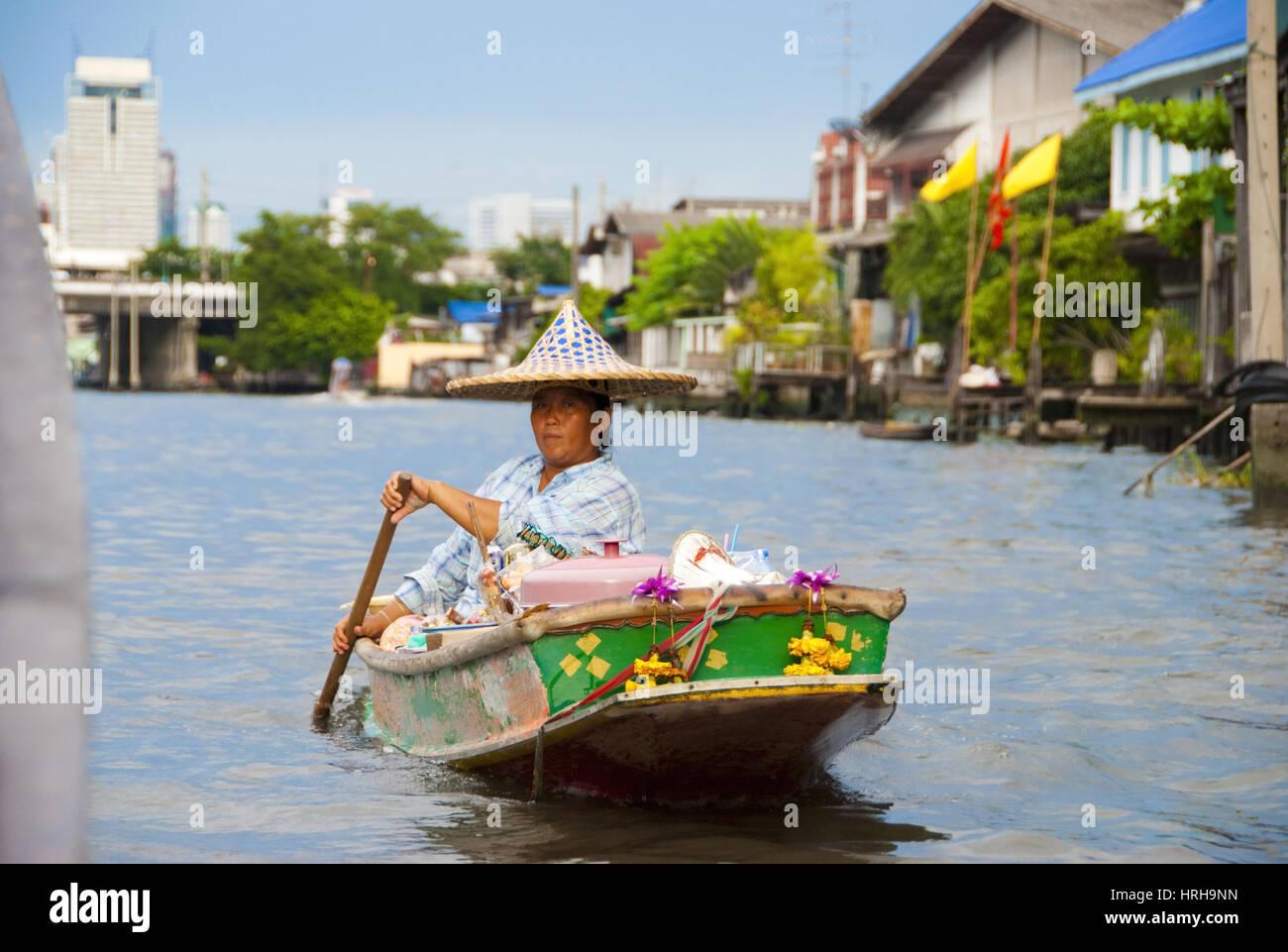 Frau im Boot, Bangkok, Thailand - Bangkok, Thailand - Stock Image