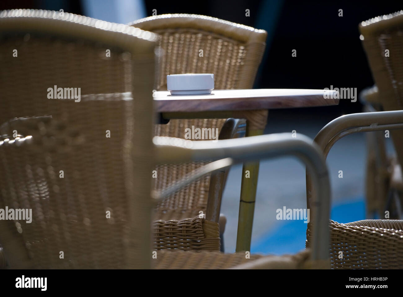 Bistrotisch mit Aschenbecher - pub garden Stock Photo