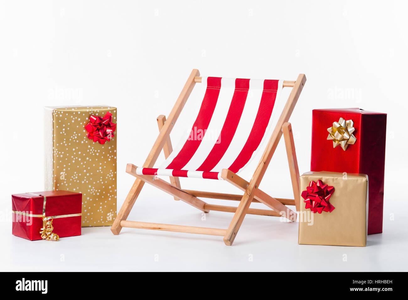 Liegestuhl und Weihnachtsgeschenke - deckchair and christmas presents - Stock Image