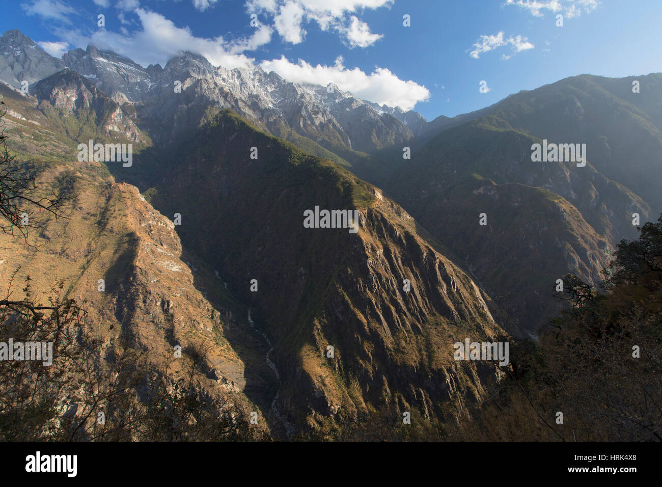 Tiger Leaping Gorge and Jade Dragon Snow Mountain (Yulong Xueshan), Yunnan, China - Stock Image