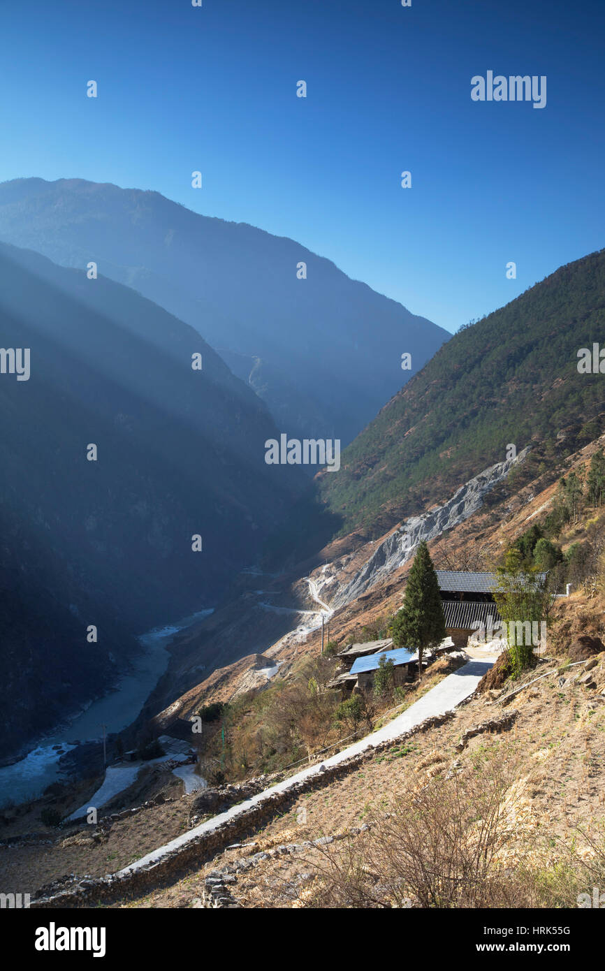 Village in Tiger Leaping Gorge, Yunnan, China Stock Photo