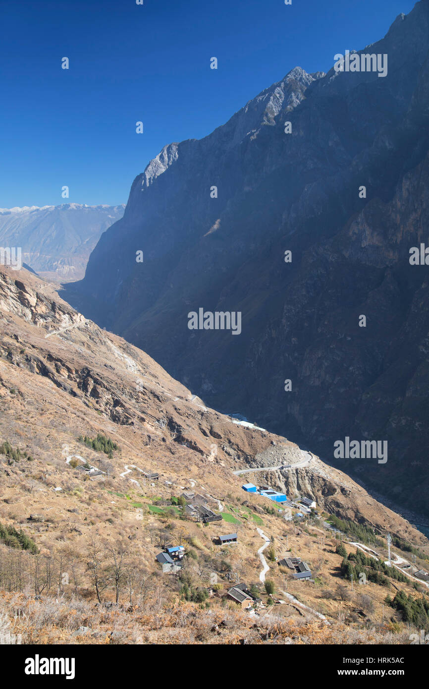 Village in Tiger Leaping Gorge, Yunnan, China - Stock Image