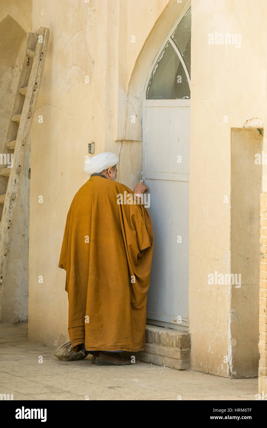 Mullah in Iran open door in Kashan - Stock Image
