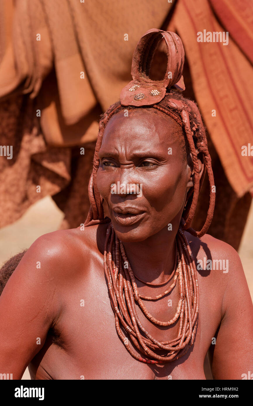 Himba mother portrait, taken close to The Kunene River, Kaokoland, Namibia. - Stock Image