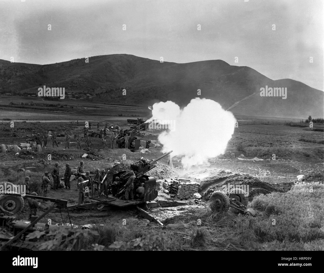 Korean War, Artillery Crew Fires 90MM - Stock Image