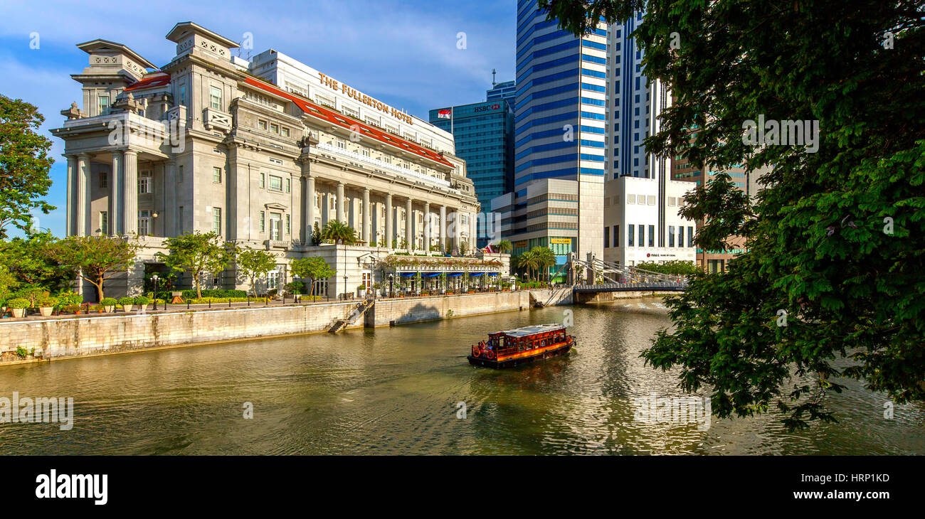 Fullerton Hotel on the River Singapore River and skyscraper from the banking district, Central Area, Central Business - Stock Image