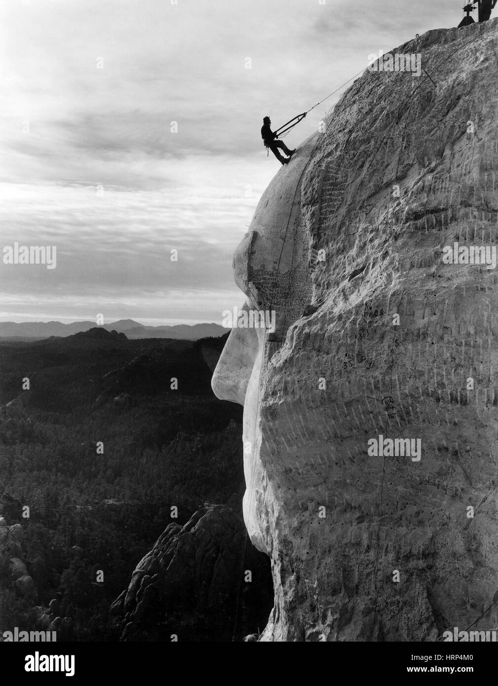 Worker Scaling Head on Mount Rushmore, 1930s - Stock Image
