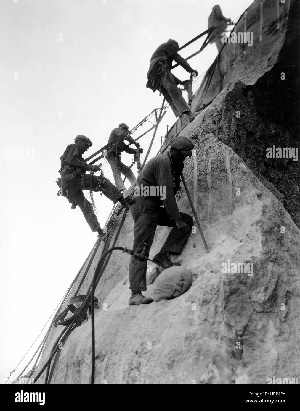 Workers on Mount Rushmore, 1930s - Stock Image