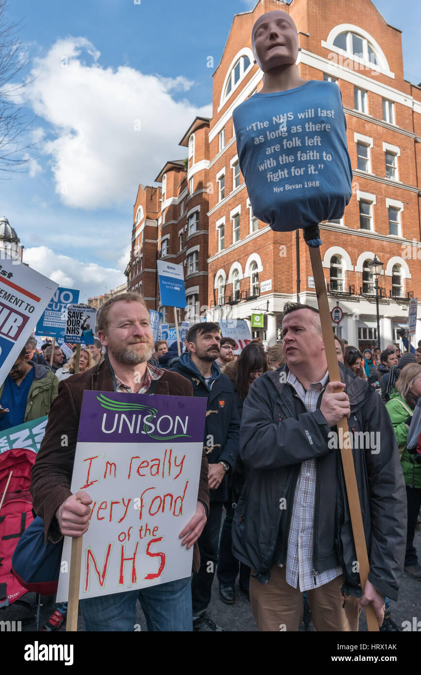 London, UK. 4th March 2017. A man carries a dummy wearing a t-shirt with a Nye Bevan qoute on the march though London - Stock Image