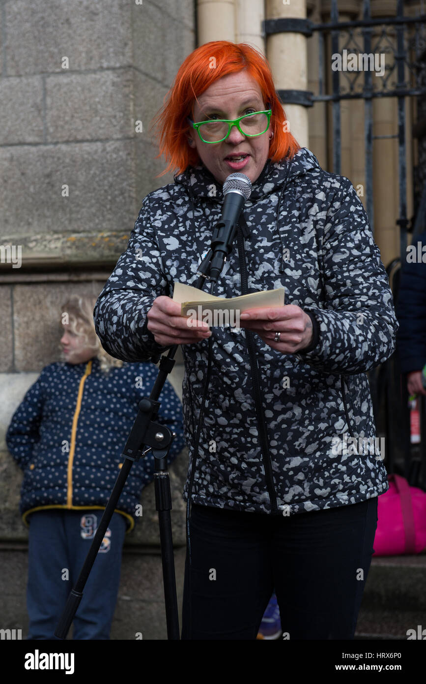 Truro, UK. 04th Mar, 2017. Amanda Pennington, Green Party Candidate for North Cornwall, addresses the crowd with - Stock Image