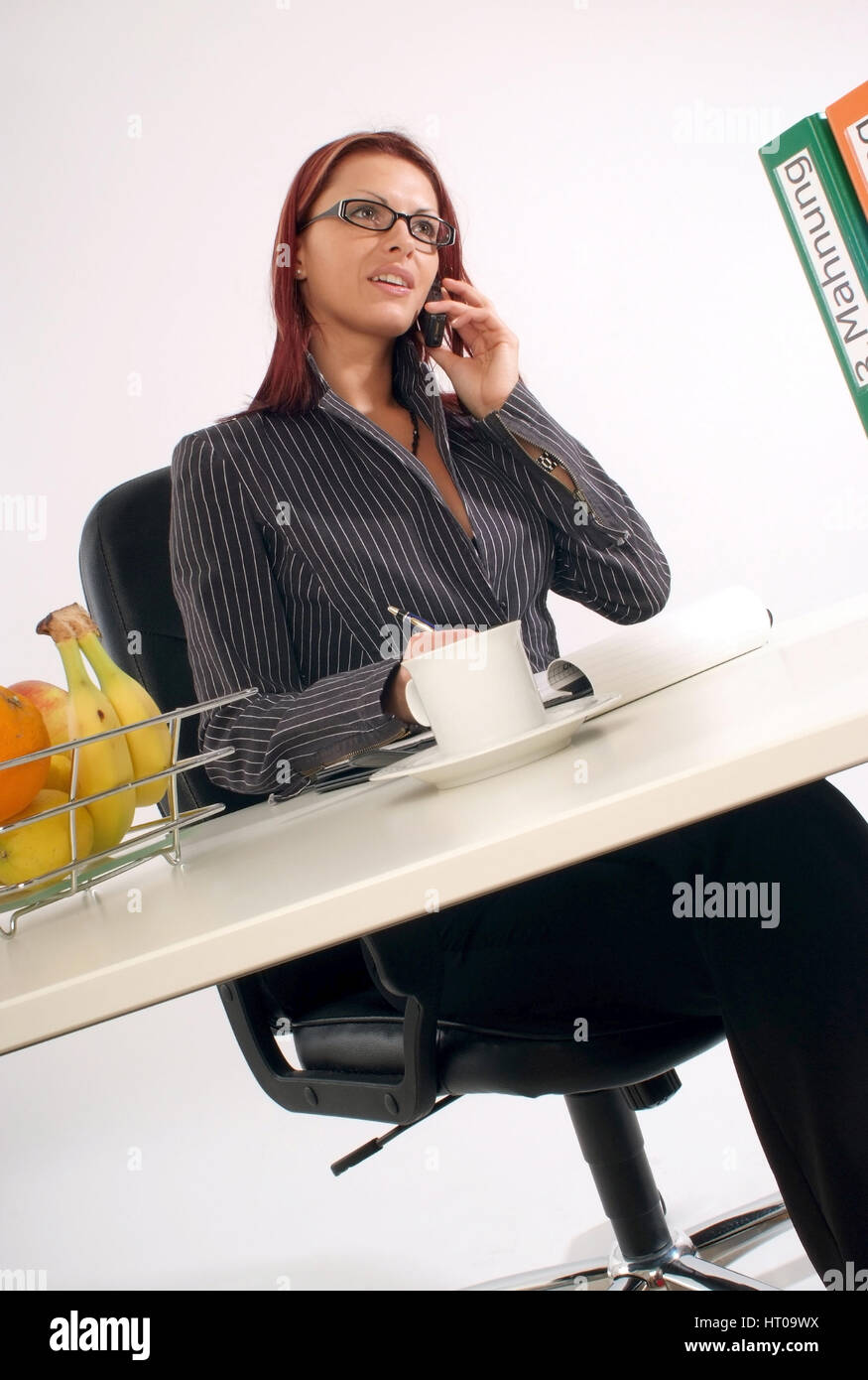 Junge Geschoeaeftsfrau Am Schreibtisch Young Business Woman In