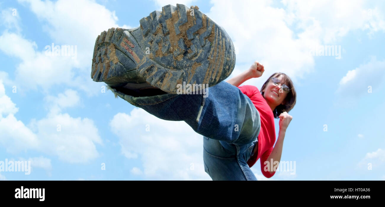 Frau in Kampfposition unter freiem Himmel - woman in fight position - Stock Image