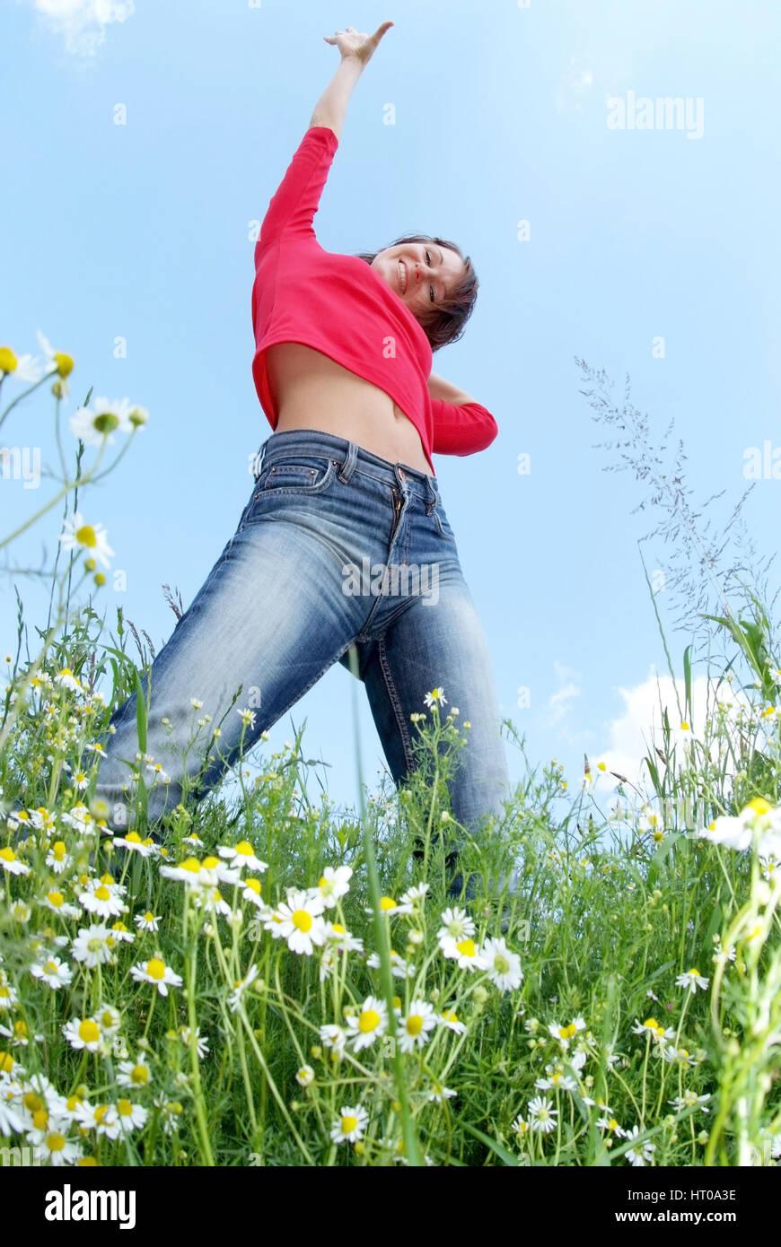 Gut gelaunte, junge Frau in der Wiese - cheerful woman in meadow - Stock Image