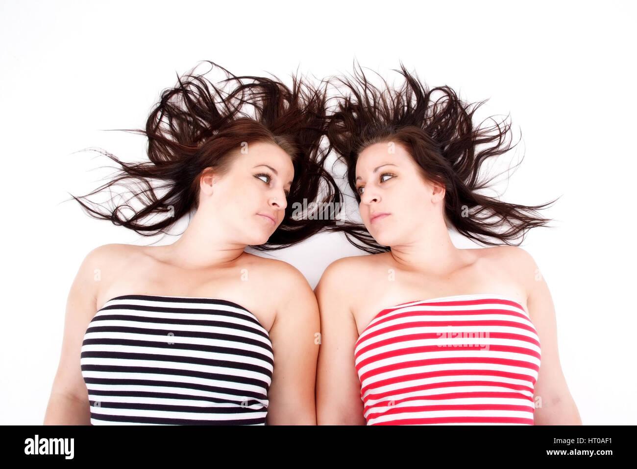 Zwillingsm?dchen mit langen, braunen Haaren - twins, dark-haired - Stock Image