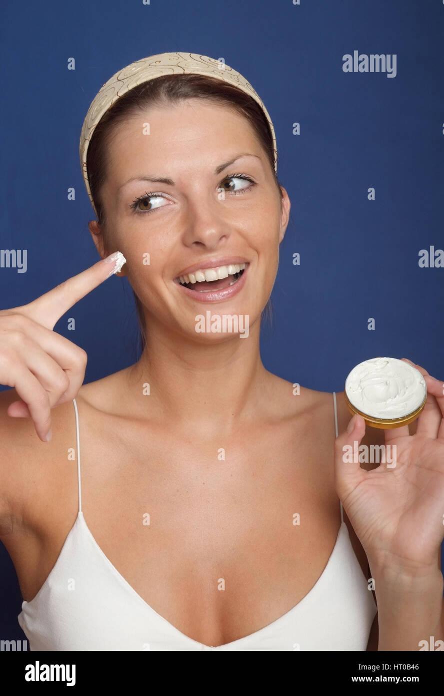 Frau verwendet Gesichtscreme - woman using face cream - Stock Image