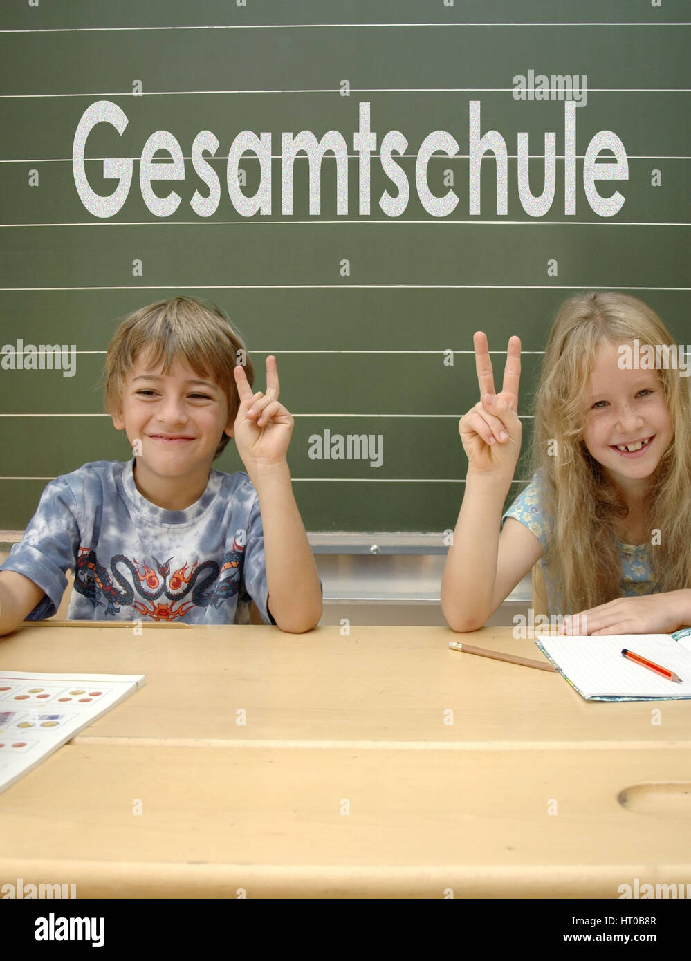 Optimistische Schueler, Gesamtschule - optimistic schoolkids, school without schoolbag, comprehensive school Stock Photo