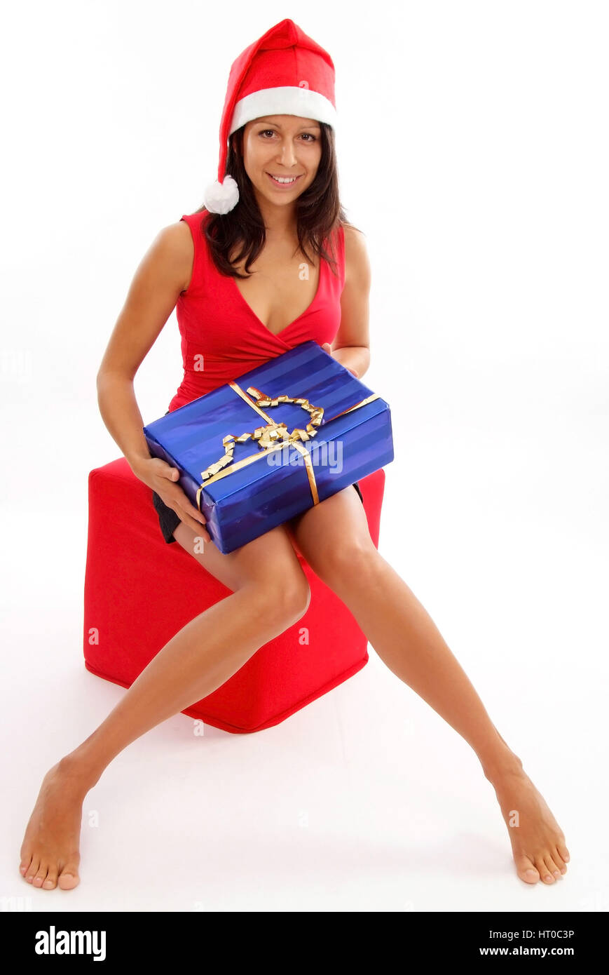 Junge Frau mit Weihnachtsm?tze und Weihnachtsgeschenk - young woman ...