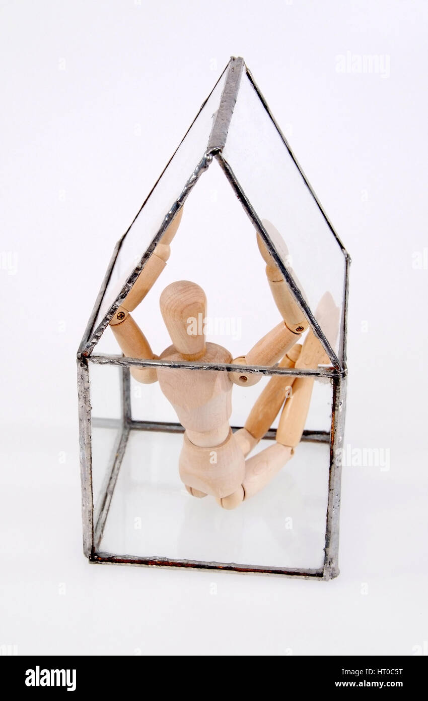 Symbolbild Gl?serner Mensch, Gliederpuppe in Glashaus - symbolic for glassy person, jointed doll in glass house - Stock Image