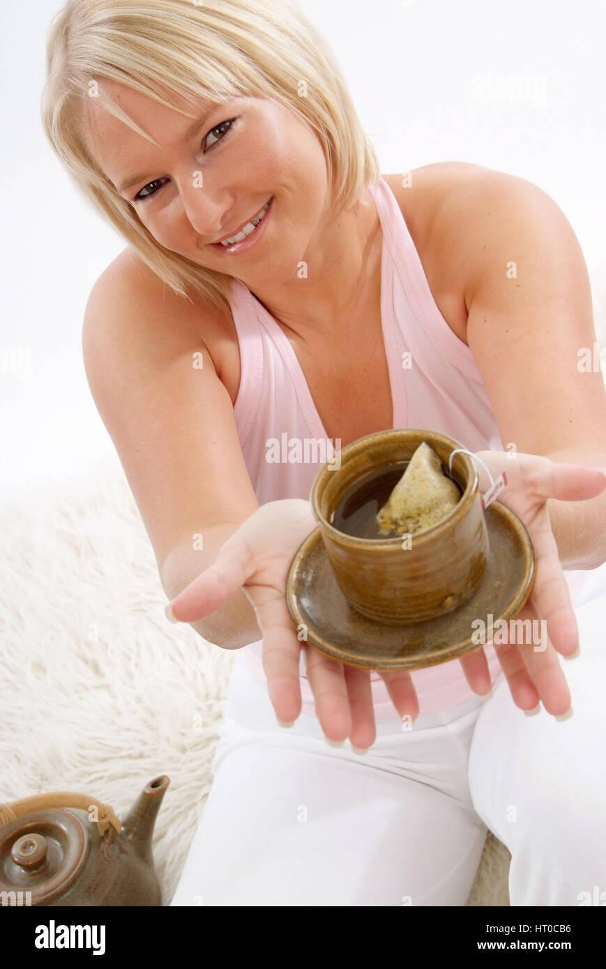 Junge Frau mit Teetasse - woman with tea - Stock Image