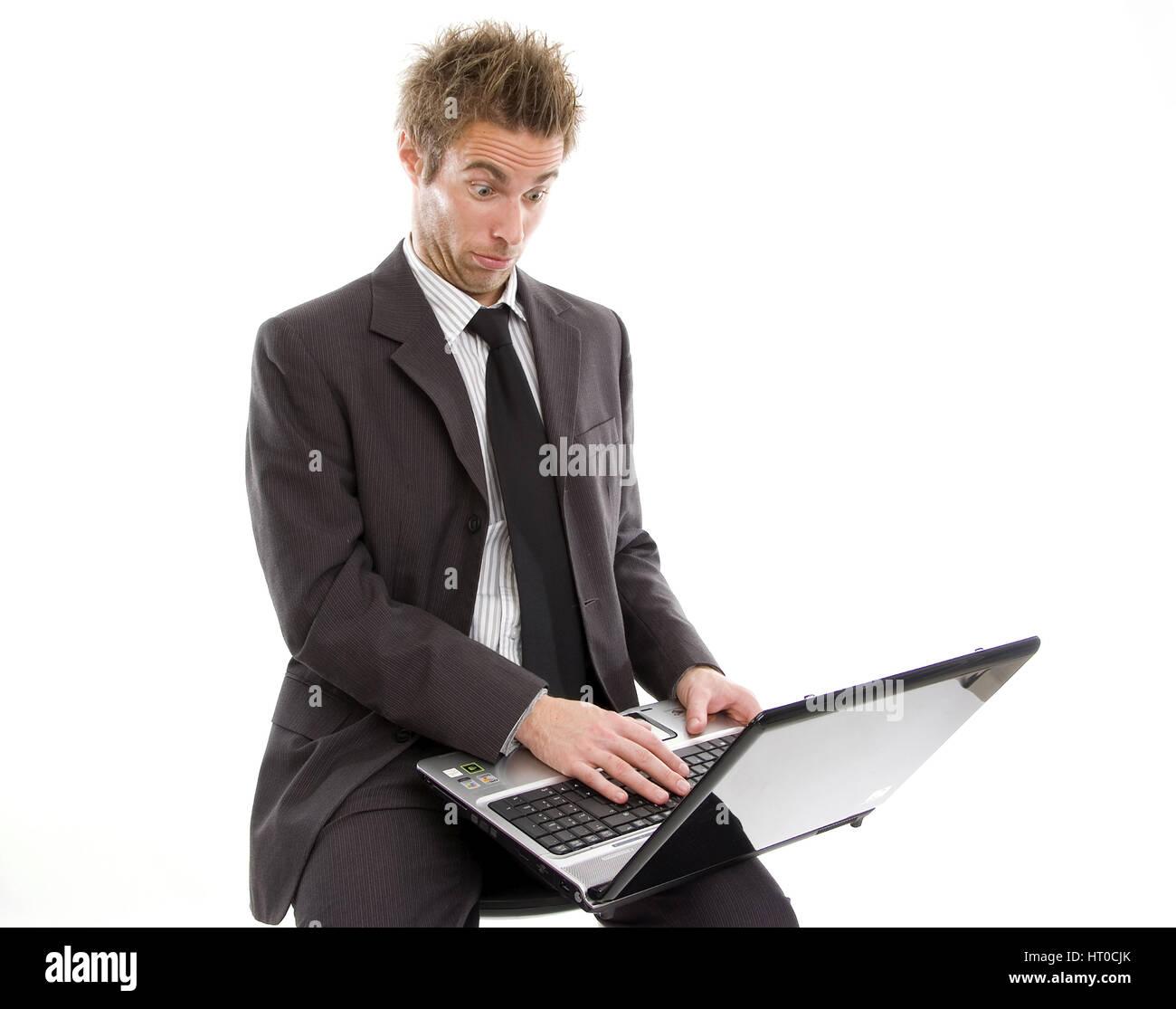 ‹berforderter Gesch‰ftsmann arbeitet am Laptop - overstrained business man using laptop - Stock Image