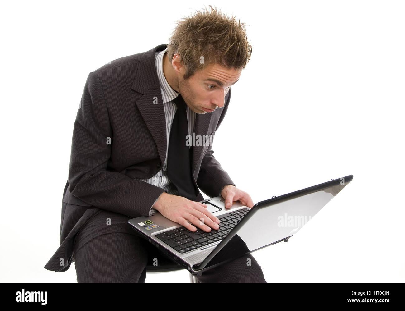 ‹berforderter Gesch‰ftsmann arbeitet am Laptop - overstrained business man using laptop Stock Photo