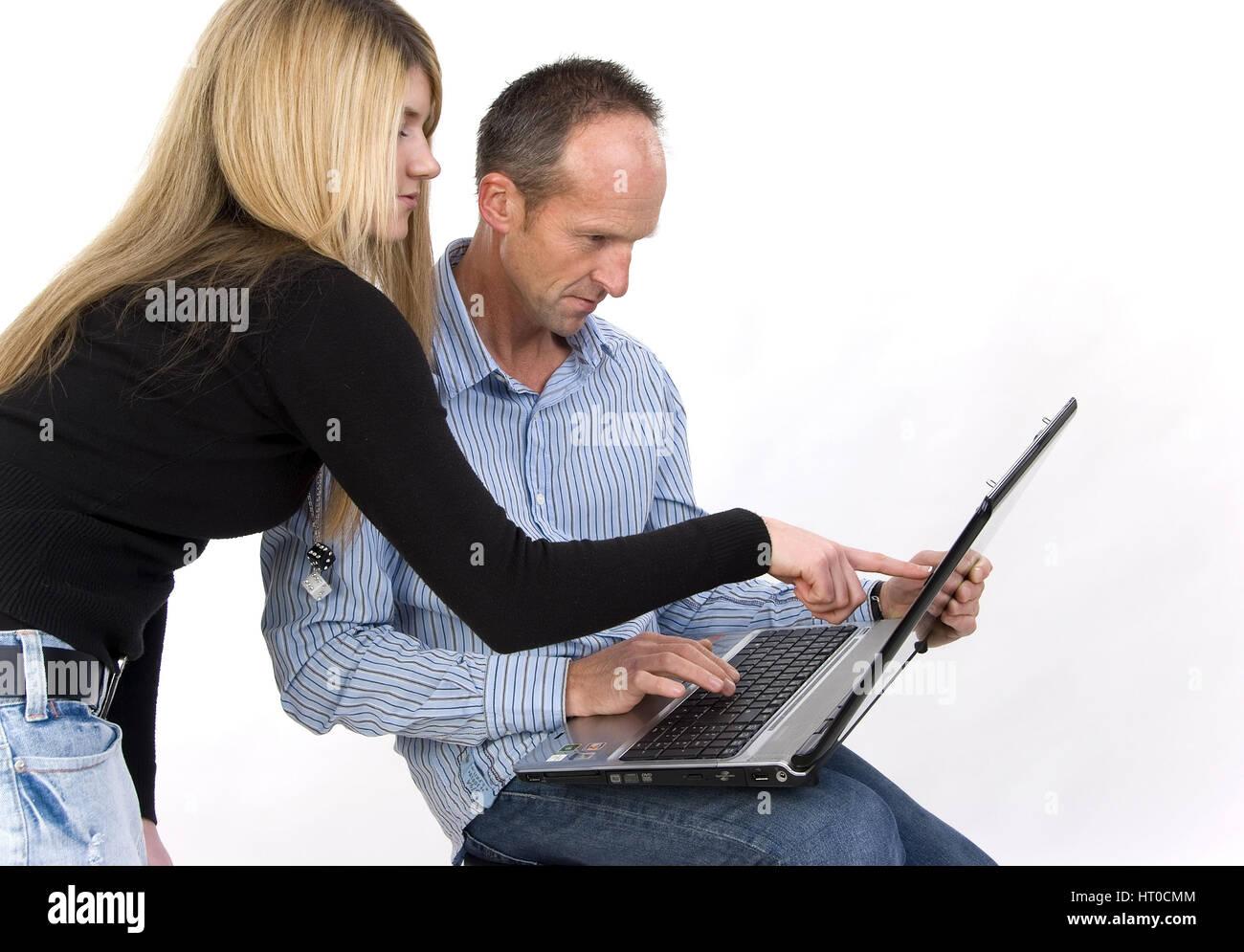 Mann und Frau bei der Arbeit am Laptop - man and woman using laptop - Stock Image