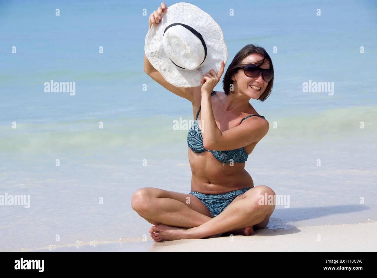 Junge Frau im Bikini am Meeresufer - young woman on the beach - Stock Image