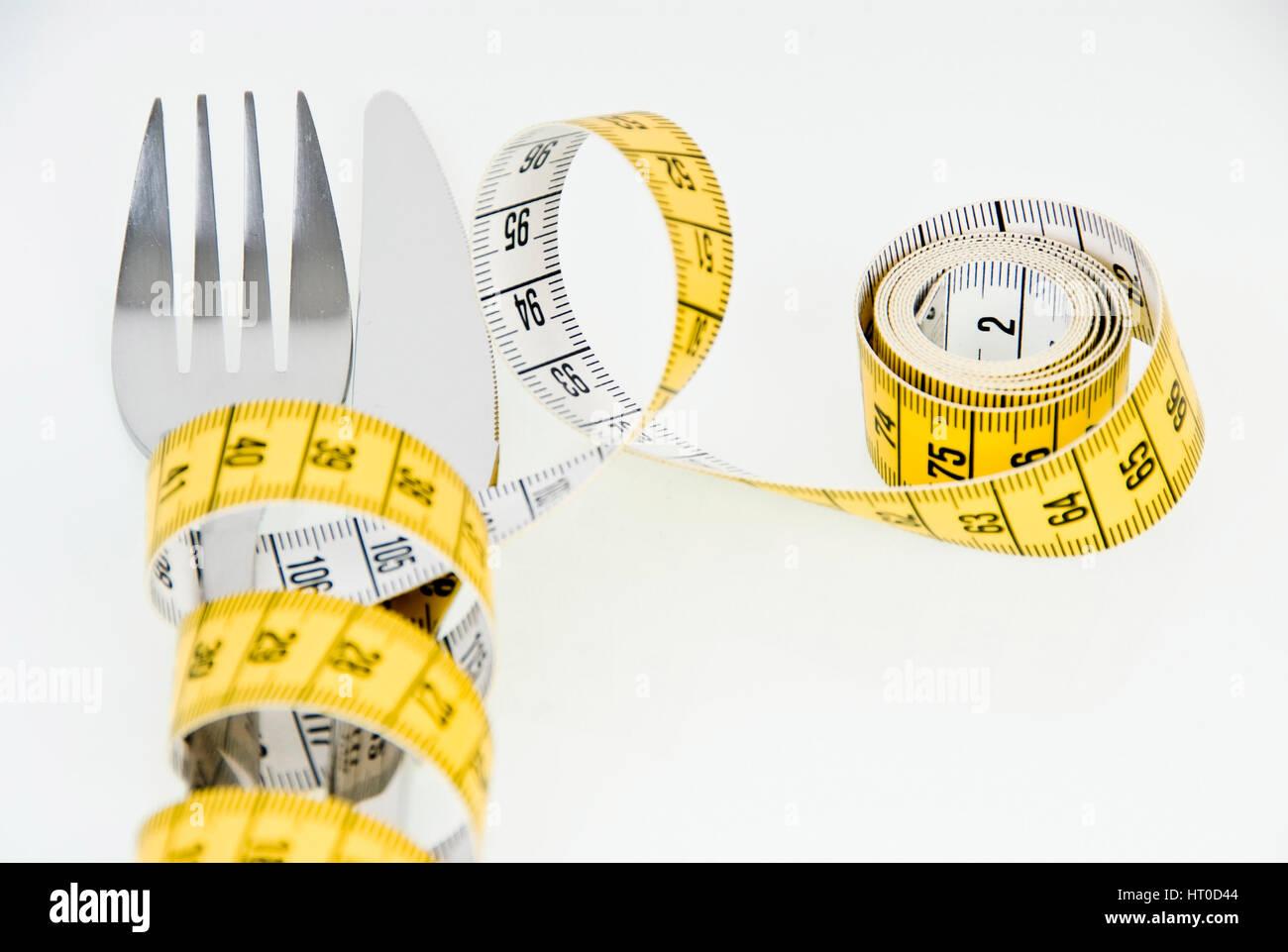 Symbolbild Di‰t, Ma?band um Messer und Gabel gewickelt - symbolic for diet Stock Photo