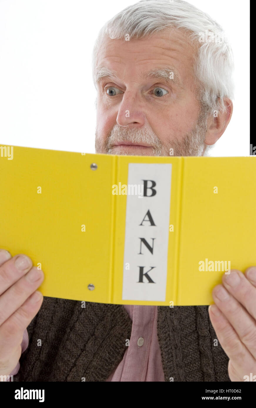 Geschockter Pensionist schaut sich Bankbelege an - retiree with bank accounts - Stock Image