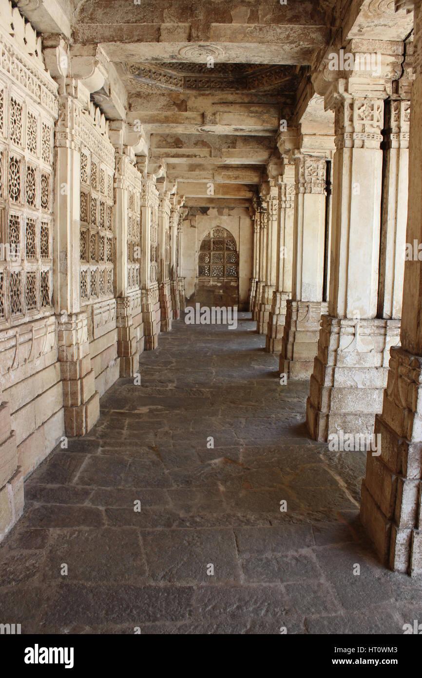 Walkway courtyard. Pillars at the east mausoleum containing the tombs of Mahmud Begada, and of his son Saltan Muzaffar - Stock Image