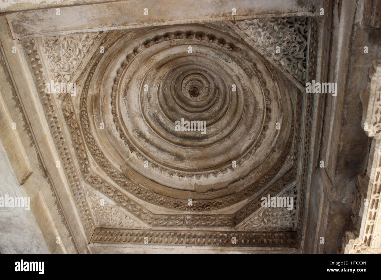 Dome ceiling at the Tombs of Mahmud Begada, and of his son Saltan Muzaffar ll. Sarkhej Roza, Ahmedabad, Gujarat - Stock Image