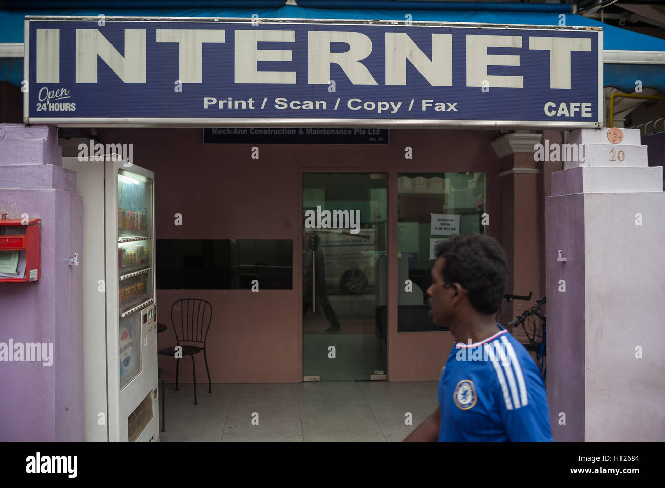 08.10.2016, Singapore, Republic of Singapore - An internet cafe in Little India. - Stock Image