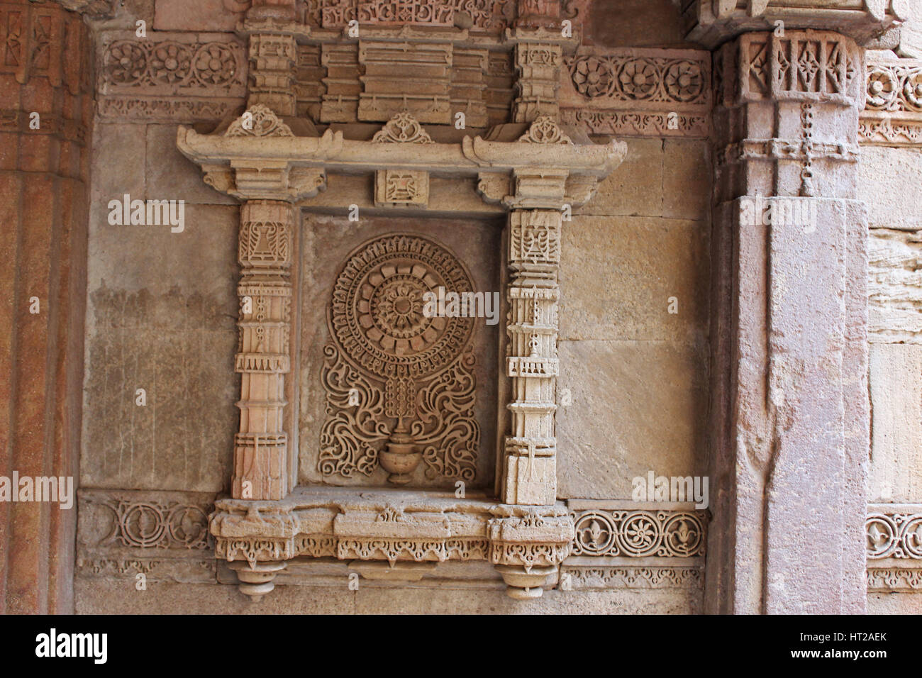 Exquisitely detailed motif in a niche on the side wall . Adalaj Stepwell, Ahmedabad, Gujarat, India - Stock Image