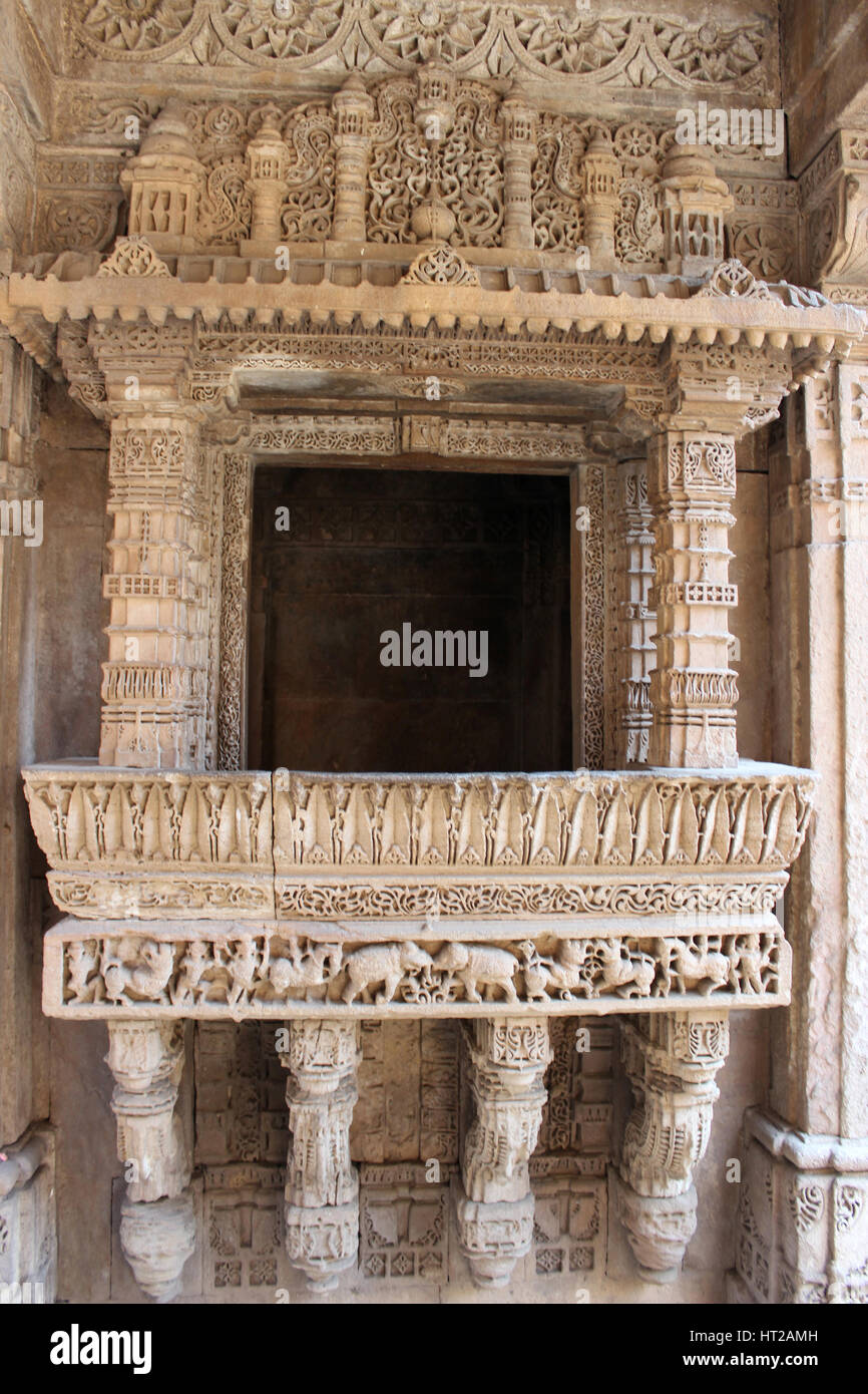 Elegant border with elephant and horses patterns engraved on a balcony. Adalaj Stepwell, Ahmedabad, Gujarat, India - Stock Image