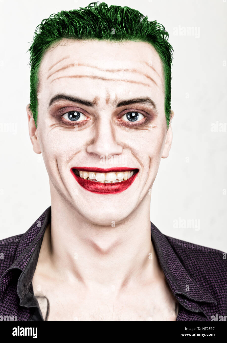 Nieuw guy with crazy joker face, green hair and idiotic smike. carnaval WZ-31