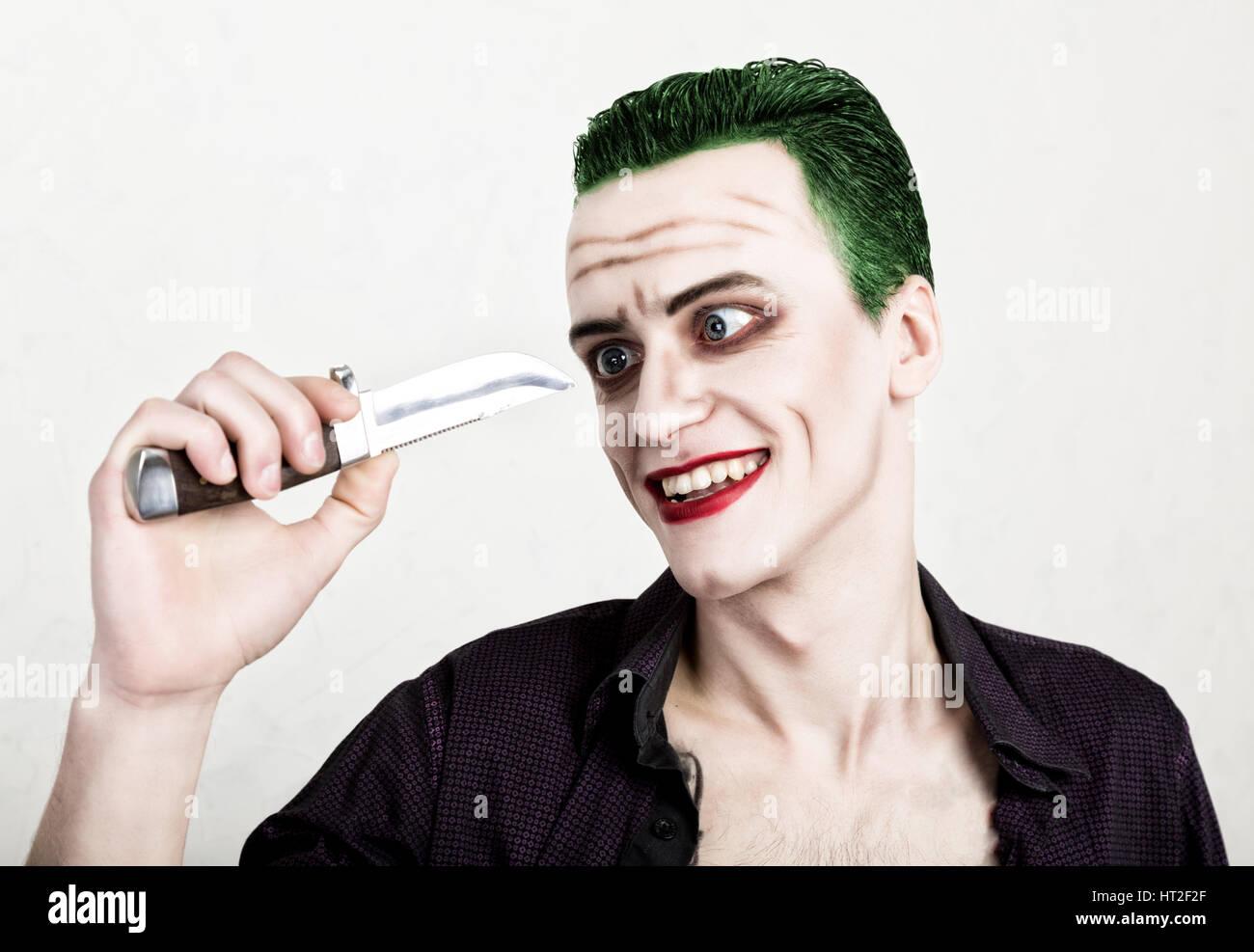Spiksplinternieuw guy with crazy joker face holding knife, green hair and idiotic AF-24