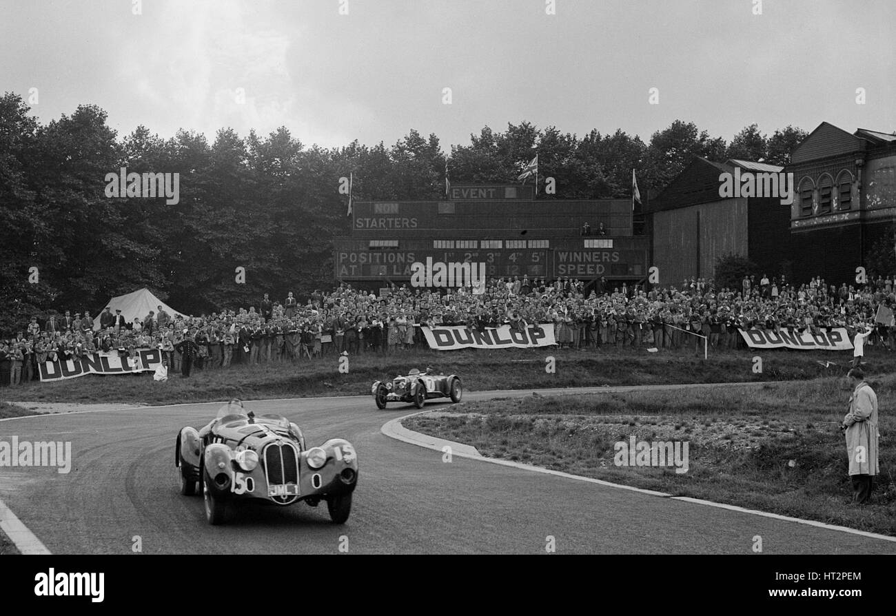 Alfa Romeo of Hugh Hunter leading a Riley at Crystal Palace, London, 1939. Artist: Bill Brunell. - Stock Image