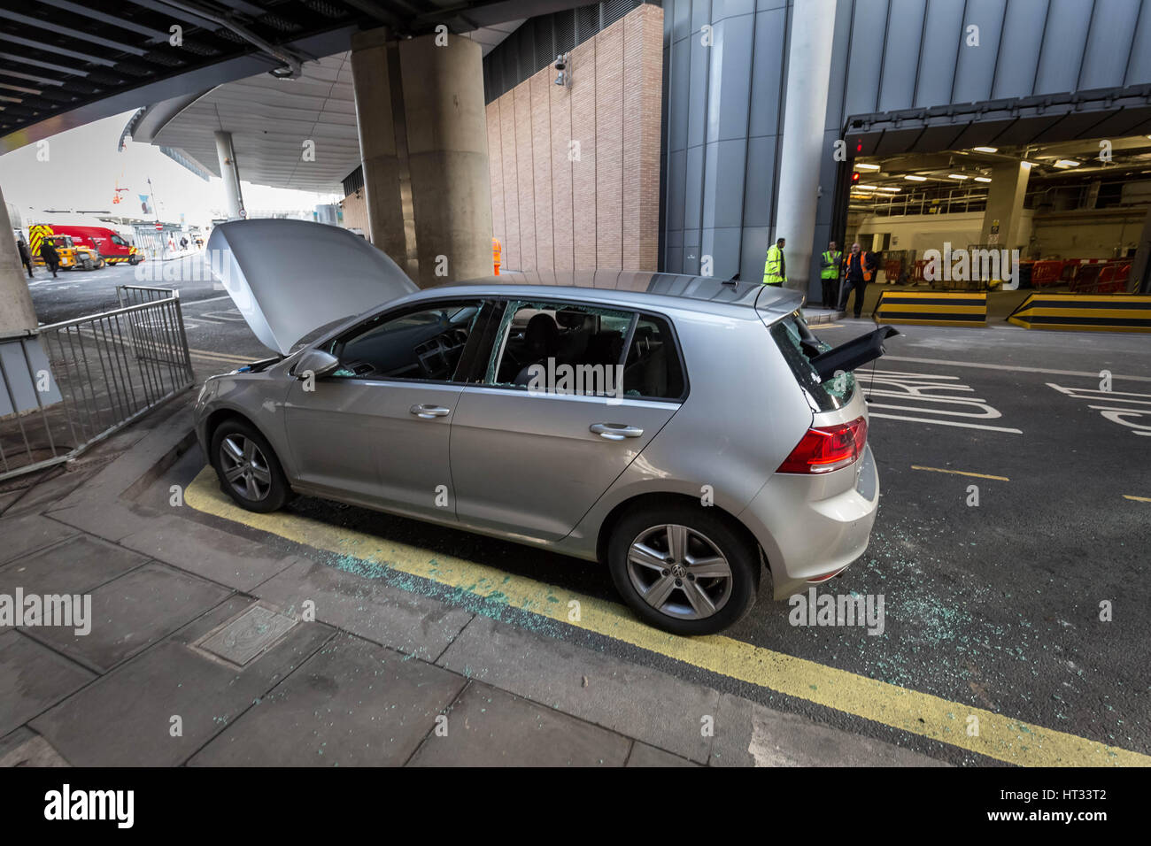 London, UK. 7th March, 2017. London Bridge was evacuated as bomb squad searched a 'suspicious vehicle' close to - Stock Image