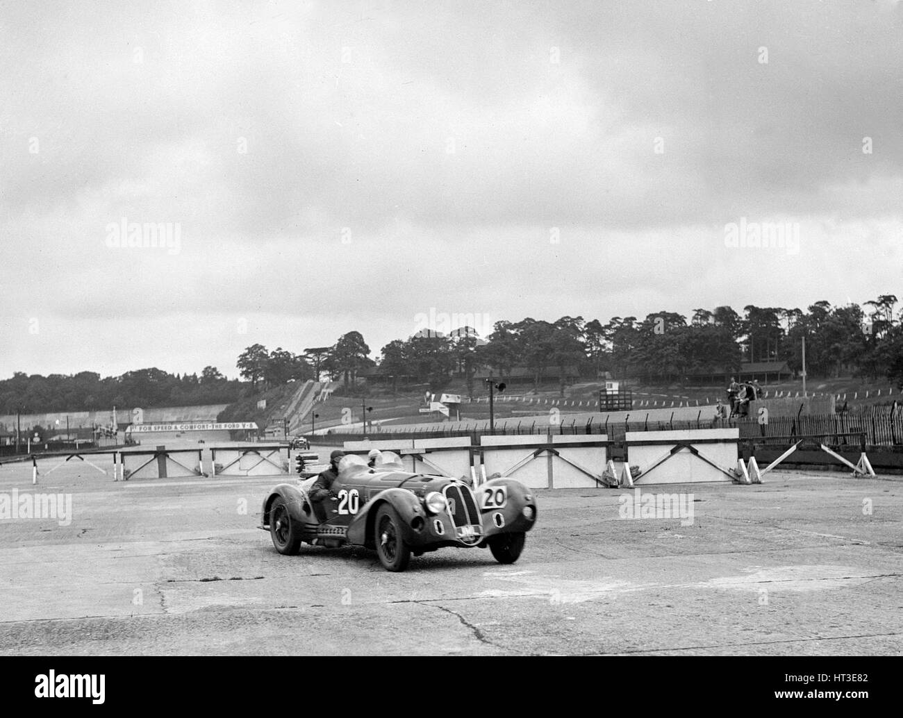 HC Hunter's Alfa Romeo driving through the chicane, JCC Members' Day, Brooklands, 8 July 1939. Artist: Bill - Stock Image