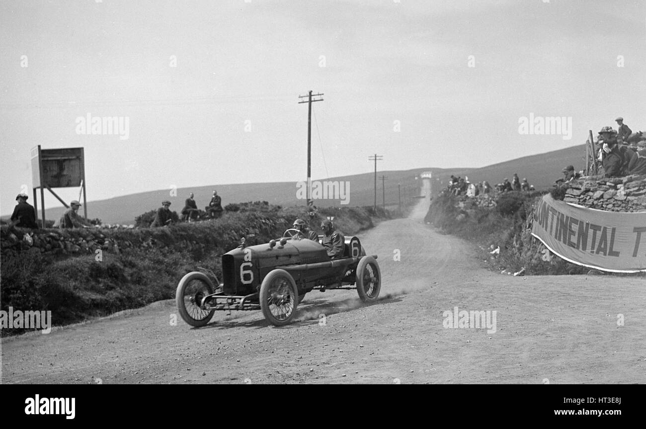 AJ Hancock's Vauxhall competing in the RAC Isle of Man TT race, 10 June 1914. Artist: Bill Brunell. - Stock Image