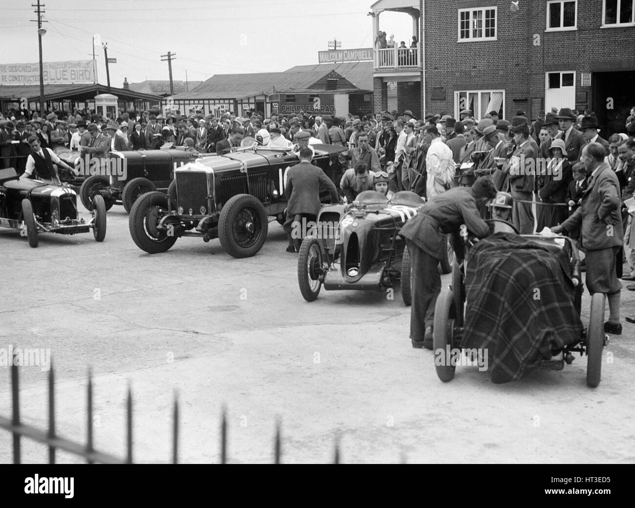 Racing cars at Brooklands. Artist: Bill Brunell. - Stock Image